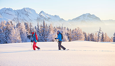 Austria, Tyrol, couple swshoeing - p300m1587608 by Christian Vorhofer