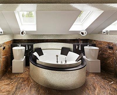 Luxury bathroom - p3900407 by Frank Herfort