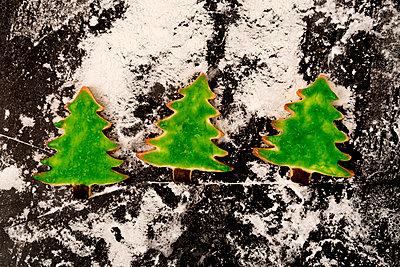 3 gebackene Tannenbäume - p451m2086946 von Anja Weber-Decker
