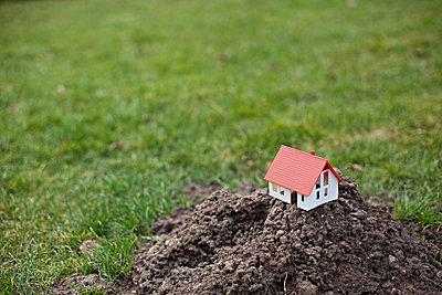 Model of a house - p586m787501 by Kniel Synnatzschke