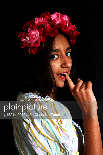 Young woman with flower wreath  - p1521m2089442 by Charlotte Zobel