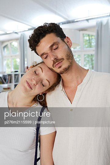Couple with closed eyes - p276m2115599 by plainpicture