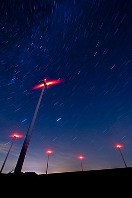Windpark bei Nacht - p1079m881297 von Ulrich Mertens