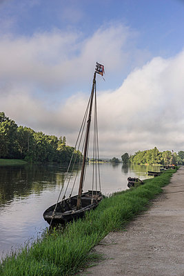 Old Loire boat - p1402m1586317 by Jerome Paressant