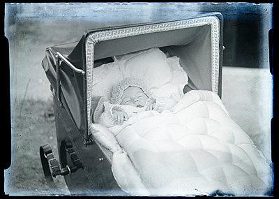 Baby lying in baby buggy - p265m2022700 by Oote Boe