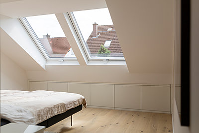 Windows in bedroom of a penthouse - p300m1166693 by Sarah Kastner