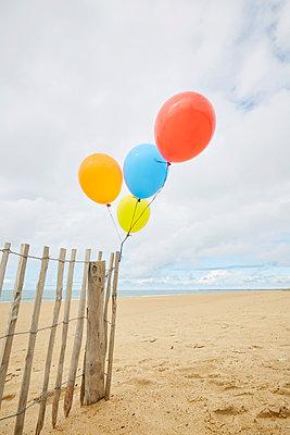 Luftballons am Zaun - p464m1573996 von Elektrons 08