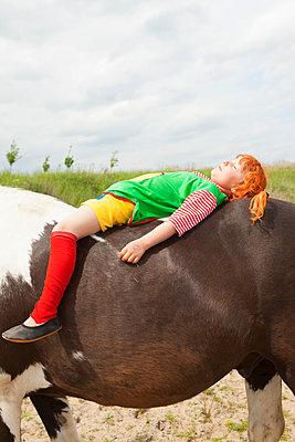 Auf dem Rücken eines Pferdes dösen - p045m1158854 von Jasmin Sander