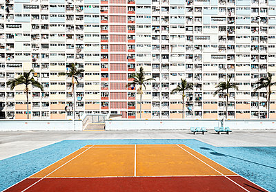 Hong Kong, Choi Hung, sports field in front of an apartment block - p300m2069666 by Daniel Waschnig Photography