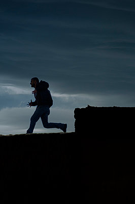 Aggressive man running outdoors  - p794m949538 by Mohamad Itani