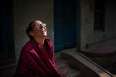 beautiful woman smiling and looking up  - p1007m2099036 by Tilby Vattard