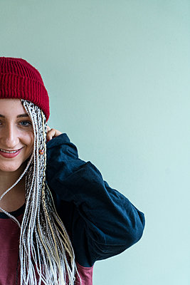 Young woman with dreadlocks - p427m2063092 by Ralf Mohr