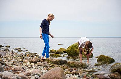 Zwei Mädchen an der Ostsee - p763m1083086 von co-o-peration