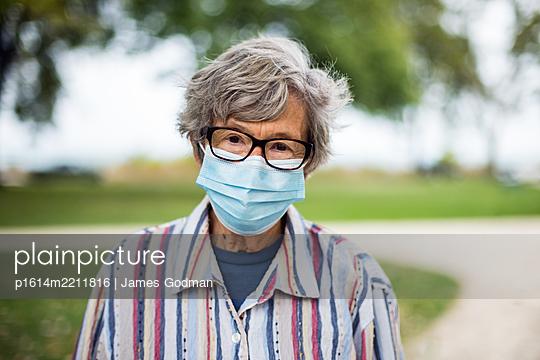 Ältere Frau mit Mundschutz - p1614m2211816 von James Godman