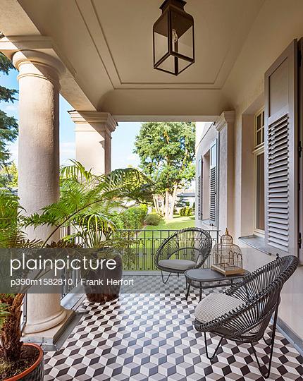Terrasse in einer Villa - p390m1582810 von Frank Herfort