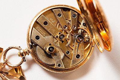 Uhrwerk - p842m1553155 von Renée Del Missier