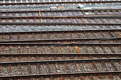 Eisenbahnschienen im Kiesbett - p1312m2126529 von Axel Killian