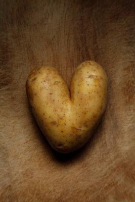 Heart-shaped potato - p249m865472 by Ute Mans