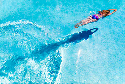Spain, woman diving in swimming pool - p300m2062815 by Scott Masterton