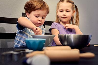 Children producing soap at home - p300m2189505 by Sebastian Dorn