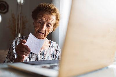 elderly woman with hearing problems using technology at home, Madrid / Spain - p300m2299118 von Jose Carlos Ichiro