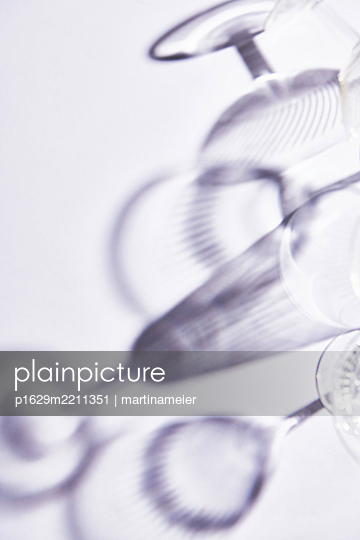 Silhouettes of champagne glasses - p1629m2211351 by martinameier