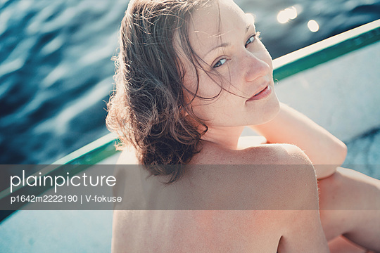 Teenage girl with bare shoulders on the waterfront - p1642m2222190 by V-fokuse