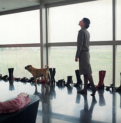 Frau mit vielen Schuhen - p1231m1059780 von Iris Loonen