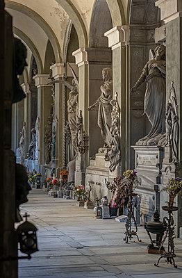 Urn graves, Cimitero monumentale di Staglieno, Genua - p1292m2210223 by Niels Schubert