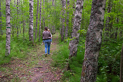 Finland, Kuopio, mother and daughter walking in a birch forest - p300m2070654 by Petra Silie