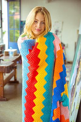 Junge Frau mit Decke - p432m1143632 von mia takahara