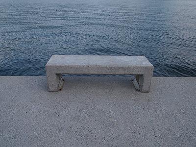 betonbank lago maggiore - p627m671158 by Hendrik Rauch