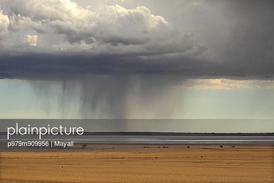 Storm over Farmland and Yarra Yarra Lake - p979m909956 von Mayall
