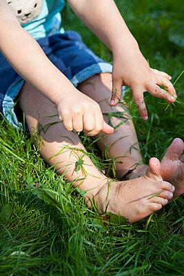 Gras auf Beine schmeißen - p045m1488345 von Jasmin Sander