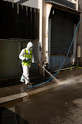 Cleaning the streets during virus crisis - p445m2176735 by Marie Docher