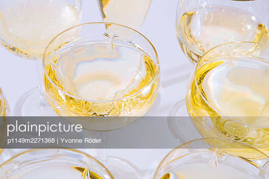 White wine glasses - p1149m2271368 by Yvonne Röder