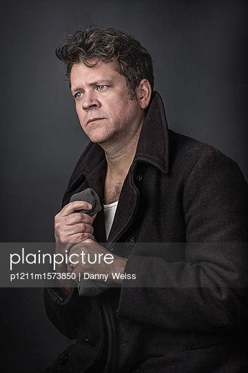 Nachdenklicher Mann - p1211m1573850 von Danny Weiss