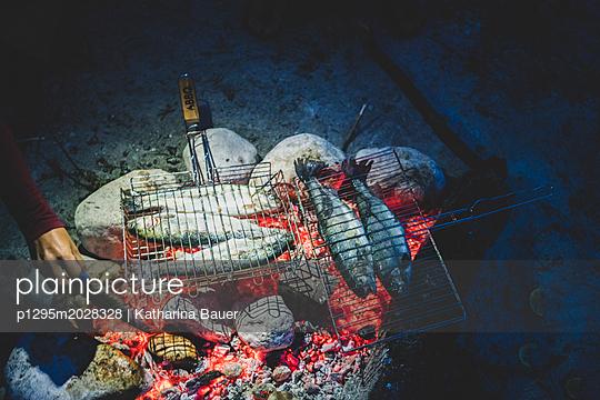 Gegrillter Fisch - p1295m2028328 von Katharina Bauer