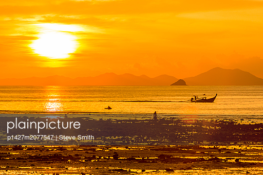 Silhouette of boat at sunset in West Railay, Thailand - p1427m2077547 by Steve Smith