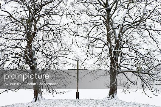 Friedhof im Winter - p7980101 von Florian Loebermann