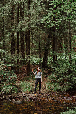 Young woman hiking in a forest - p1184m1222906 by brabanski