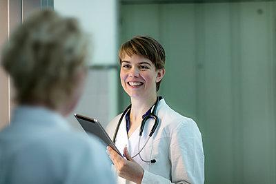 Junge Ärztin - Am Aufzug - p1212m1124259 von harry + lidy