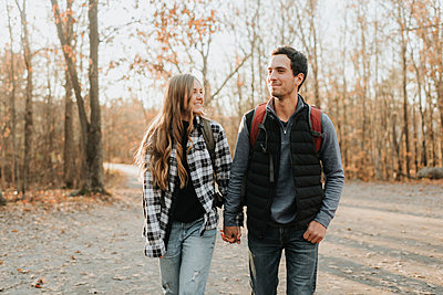 Young couple holding hands during autumn hike - p300m2241672 by Sara Monika