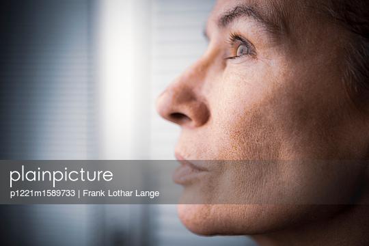 Porträt einer Frau - p1221m1589733 von Frank Lothar Lange