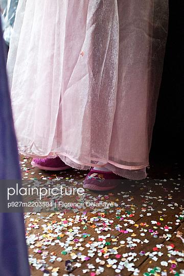 Les chaussons de la princesse au milieu des confettis - p927m2203594 by Florence Delahaye