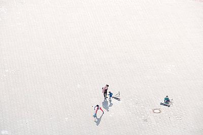 Mutter und Kinder spielen auf dem Heiligengeistfeld, Stillstand durch Covid-19 - p1079m2181979 von Ulrich Mertens