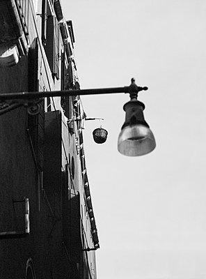 Korb mit Seilzug in Gasse, Venedig - p1493m1585675 von Alexander Mertsch