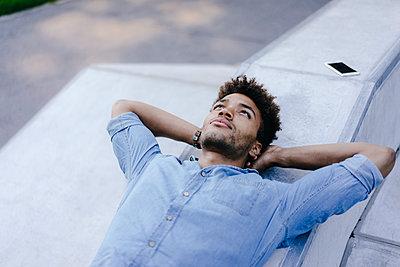 Portrait of relaxed man lying in skatepark - p300m1536262 by Kniel Synnatzschke