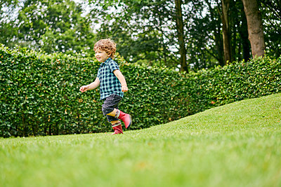 Toddler exploring park - p429m2164682 by GS Visuals