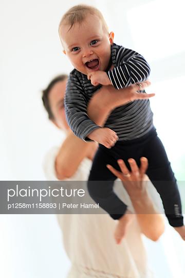 Lachendes Baby - p1258m1158893 von Peter Hamel